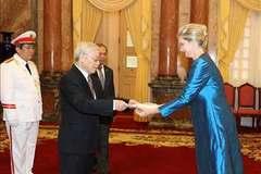 Hình ảnh Tổng bí thư, Chủ tịch nước tiếp các đại sứ đến trình Quốc thư