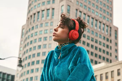 Apple ra mắt tai nghe không dây chống ồn Beats Solo Pro