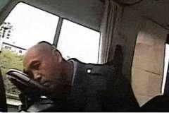 Đang lái xe buýt, tài xế bỗng hét lớn đuổi tất cả xuống xe khiến hành khách phẫn nộ tai