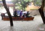 Mưa lớn kỷ lục ở Vinh, xuồng cứu hộ rẽ sóng trên phố