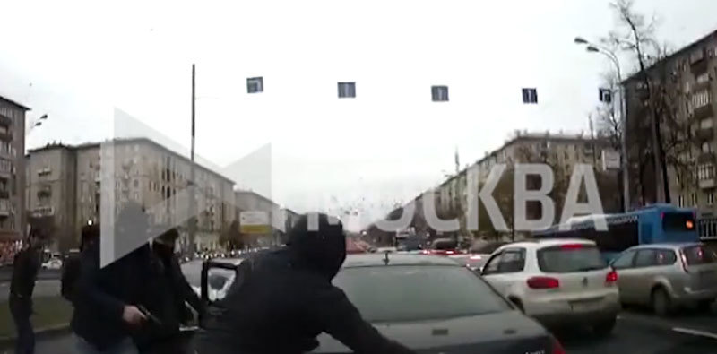 Video toán người táo tợn bắn vào ôtô, cướp tiền giữa ban ngày ở Moscow