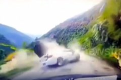 """Khoảnh khắc tảng đá """"khủng"""" rơi từ trên núi nghiền nát xe hơi"""