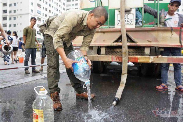Vừa nhận nước tiếp tế đã đổ hết xuống đất vì mùi tanh, màu lạ