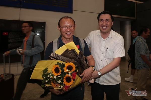 """Tuyển Việt Nam bị """"quây rát"""" khi trở về sau trận đại thắng Indonesia"""
