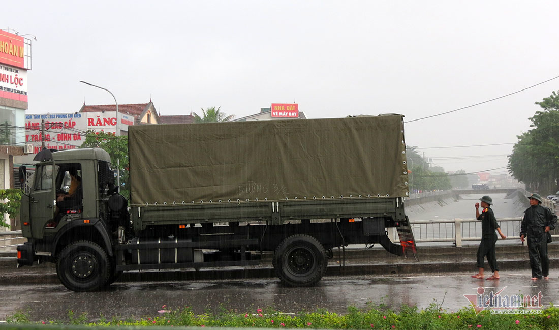 Xe CSGT, quân đội cứu người trong tâm lũ lịch sử ở Vinh