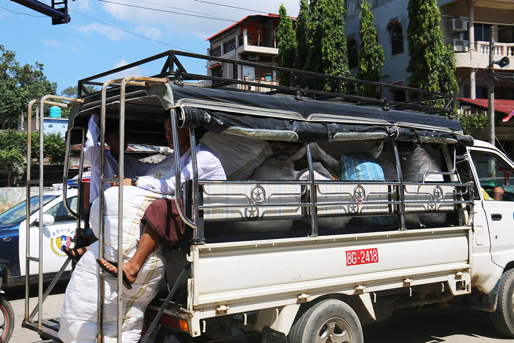 Xe tải chở đầy bánh kẹo cúng dường cho 500 nhà sư đi khất thực xuyên biên giới