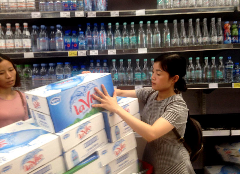 Nước đã về, dân Thủ đô vẫn ùn ùn mua nước đóng chai