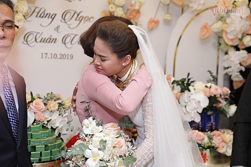 Chồng bế con trai 1 tuổi trong lễ ăn hỏi với Giang Hồng Ngọc