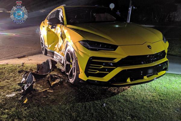 Cậu bé 14 tuổi lái Subaru ăn trộm, tông móp sườn Lamborghini Urus