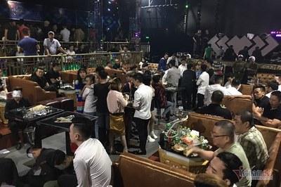 Đột kích quán bar Sài Gòn, 12 bàn Vip đầy ma túy, rượu lạ đầy thùng