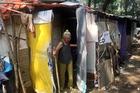 Người phụ nữ Sài Gòn một thời giàu có, 94 tuổi sống gầm cầu, bán vé số