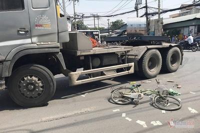 Bị xe container cuốn vào gầm ở Sài Gòn, con trai tử vong, mẹ nguy kịch