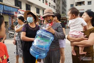 Dân Hà Nội đổ xô mua nước đóng chai nấu ăn, chuyên gia khuyến cáo