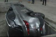 Nữ tài xế say rượu lái xe rơi xuống hố bê tông sâu 1,5 m