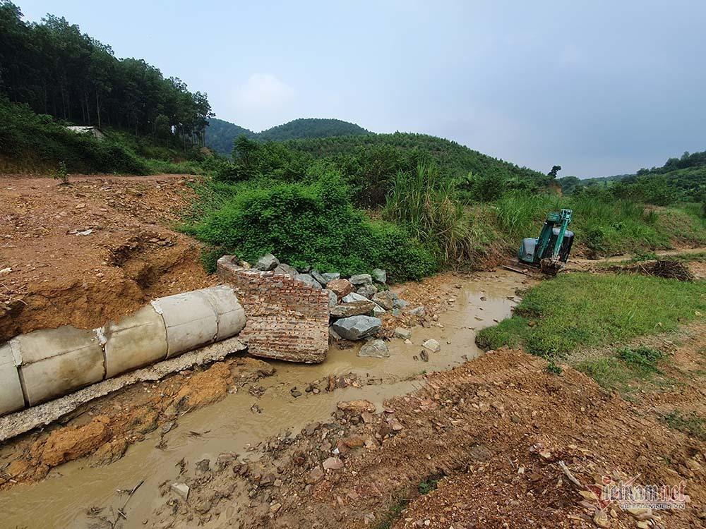 Mùi khủng khiếp ở đồi Mông, nơi xả thải xuống nhà máy nước sông Đà