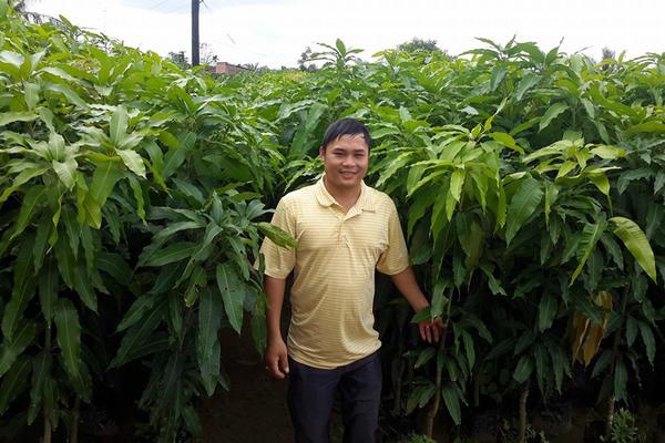 Chàng trai khuyết tật nỗ lực làm vườn ươm để thoát nghèo