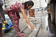 Nước tiếp tế có mùi tanh bị cư dân Linh Đàm đổ bỏ: Xe téc có váng dầu