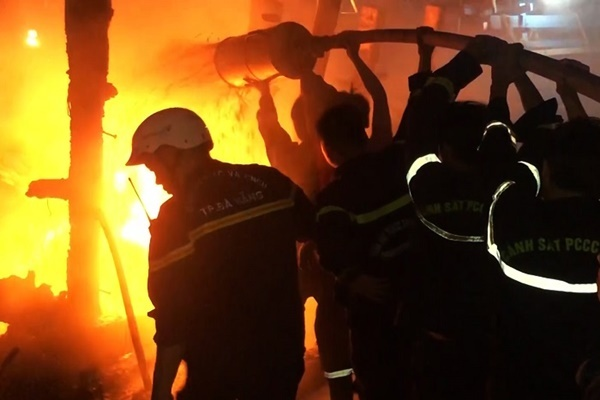 Sau tiếng nổ lớn, tàu cá tiền tỷ cháy rụi trong đêm