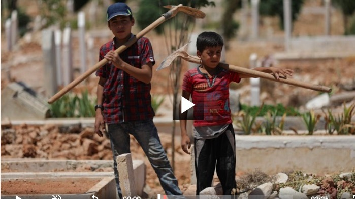 Những đứa trẻ đào mộ ở mảnh đất chết chóc nhất hành tinh