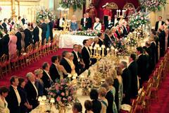 Những quy tắc ẩm thực kỳ lạ mà Hoàng gia Anh phải tuân thủ