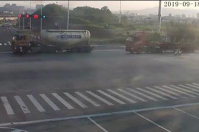Xe máy vượt đèn đỏ bị xe tải cán nát, tài xế thoát chết