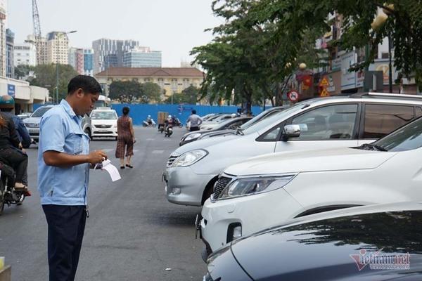 Lý giải phí ô tô đậu lòng đường Sài Gòn, chi 4 mới thu về được 1 đồng