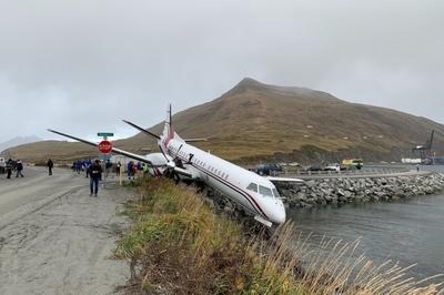 Máy bay chệch đường băng, suýt lao xuống ao