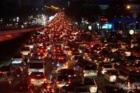 Cửa ngõ Tân Sơn Nhất tê liệt, ngàn ô tô dàn hàng kín đặc đường