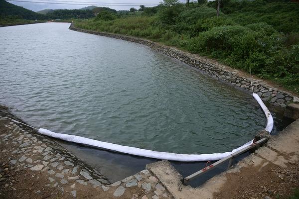 Lớp 'phòng thủ' trăm mét chống dầu bảo vệ nhà máy nước sông Đà