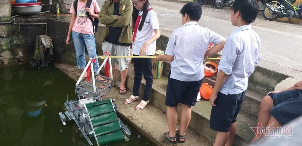 Thầy giáo bỏ việc nghìn đô, giúp học sinh làm thuyền vớt rác