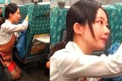 Nữ tiếp viên tàu hỏa quỳ gối an ủi khách hơn một tiếng
