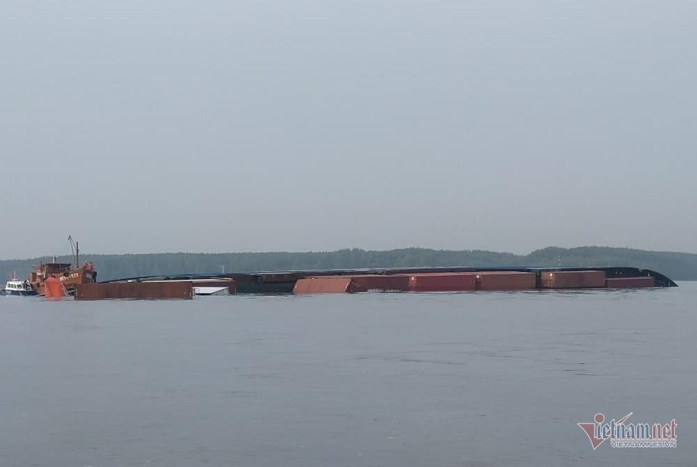 Kiểm tra môi trường, vớt container trôi vụ tàu 8.000 tấn chìm ở Cần Giờ