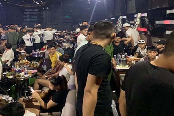 Trăm dân chơi Sài Gòn lắc điên cuồng trong quán bar bị đưa về đồn