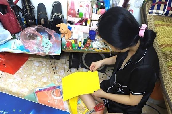 Cô giáo mầm non lụi hụi cắt thiệp cho học sinh tặng mẹ ngày 20/10