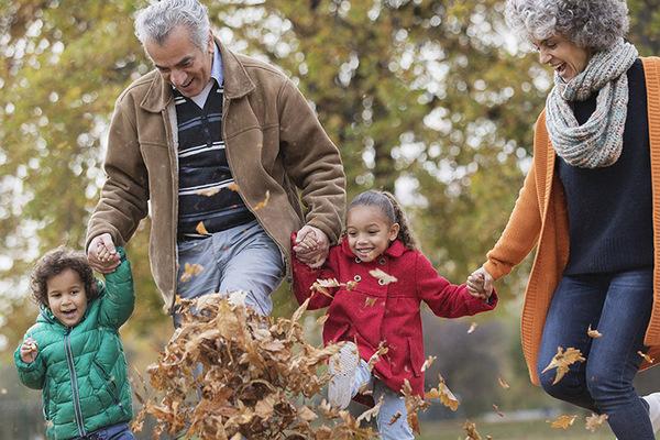 Nghiên cứu: Ông bà chăm cháu sẽ sống lâu hơn