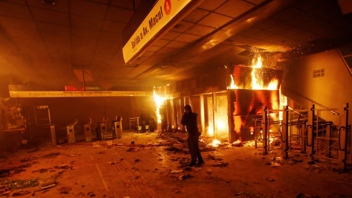 Chile,bạo lực,biểu tình,bạo loạn,khẩn cấp,phương tiện công cộng,phá hoại,cướp của