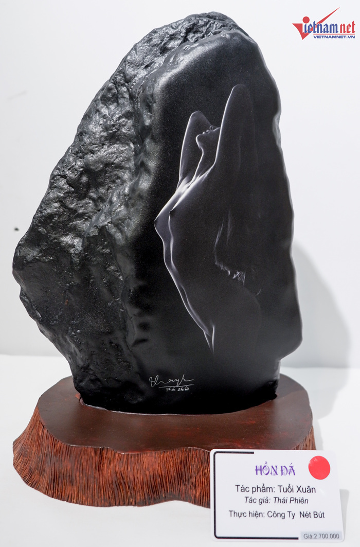 Khán giả thích thú với triển lãm ảnh nude trên đá đầu tiên tại Việt Nam