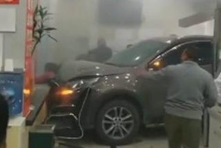 Nữ tài xế mất lái đâm thẳng ngân hàng khiến khách thiệt mạng