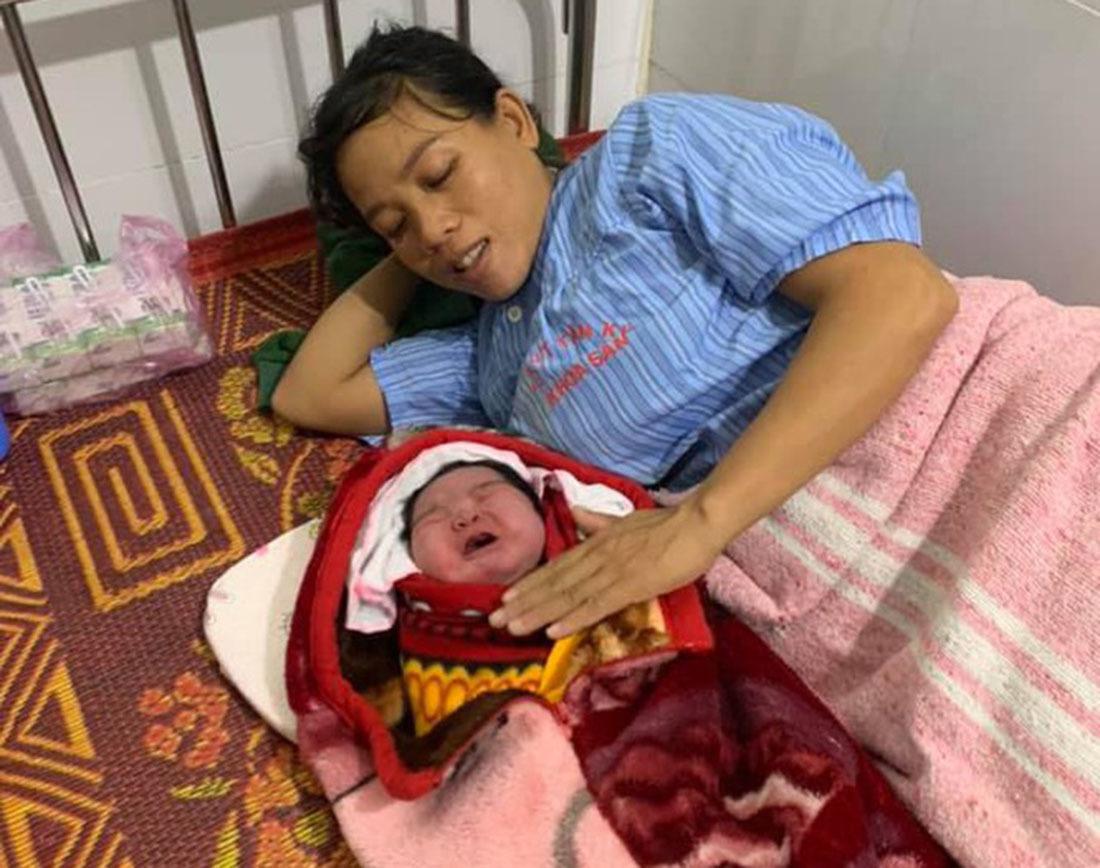 Bé gái sơ sinh nặng 5,5kg chào đời bằng phương pháp sinh thường