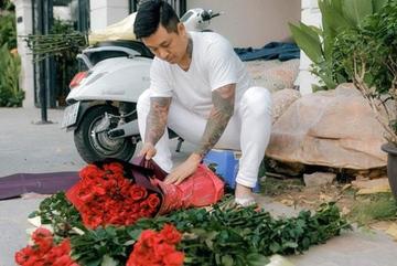 Tuấn Hưng dậy từ tờ mờ sáng mua hoa tự gói tặng mẹ và vợ