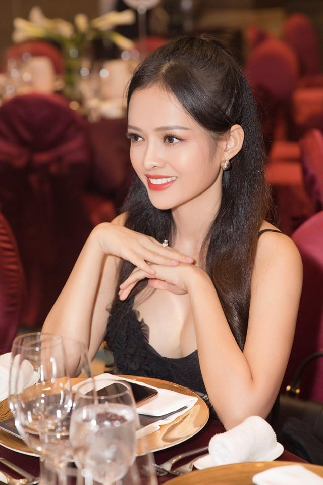 Diễn viên đóng cảnh nóng khi chưa đầy 18 tuổi diện váy ren sexy khoe eo 54cm