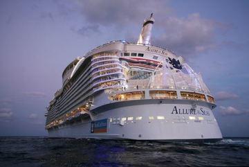 Selfie kiểu Titanic trên siêu tàu du lịch, bị đuổi khỏi tàu và cấm đi lại trọn đời