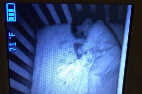 Mẹ hoảng hốt sau khi nhìn thấy 'em bé ma' trong cũi