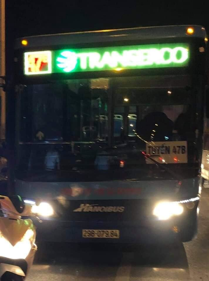 Lái, phụ xe buýt vác tuýp sắt đánh người tới tấp ở cầu Vĩnh Tuy