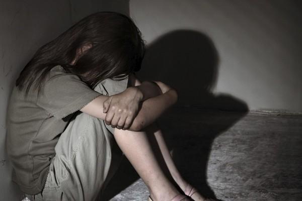 Bé gái 13 tuổi bị cha ruột giở trò đồi bại