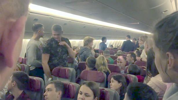 Nga,Moscow,hàng không,máy bay,hành khách,say xỉn,tiếp viên,phóng viên,khẩn cấp,hạ cánh,Thái Lan,Uzbekistan