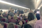 Đòi mở cửa máy bay, hành khách bị trói bằng... màng bọc thực phẩm