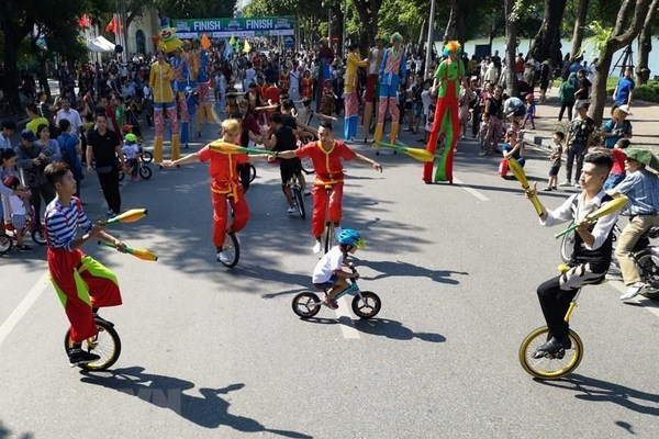 Circus performances brighten up Hanoi's pedestrian street