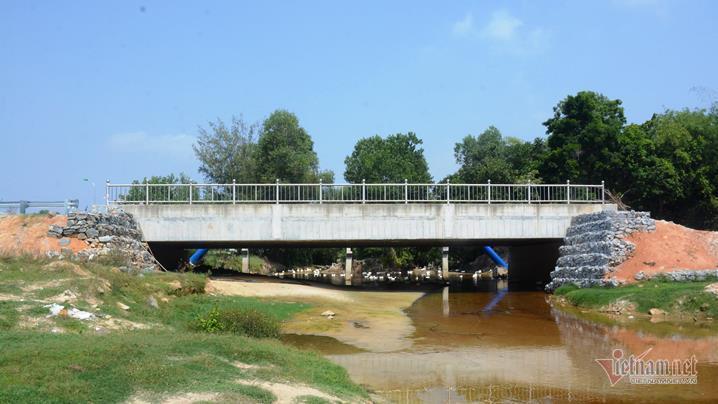 Cầu 24m 4 năm vẫn ngổn ngang, thà đừng xây dân đỡ khổ