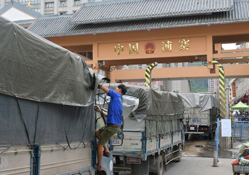 Chiều nay, hàng tắc ở cửa khẩu bắt đầu thông quan sang Trung Quốc